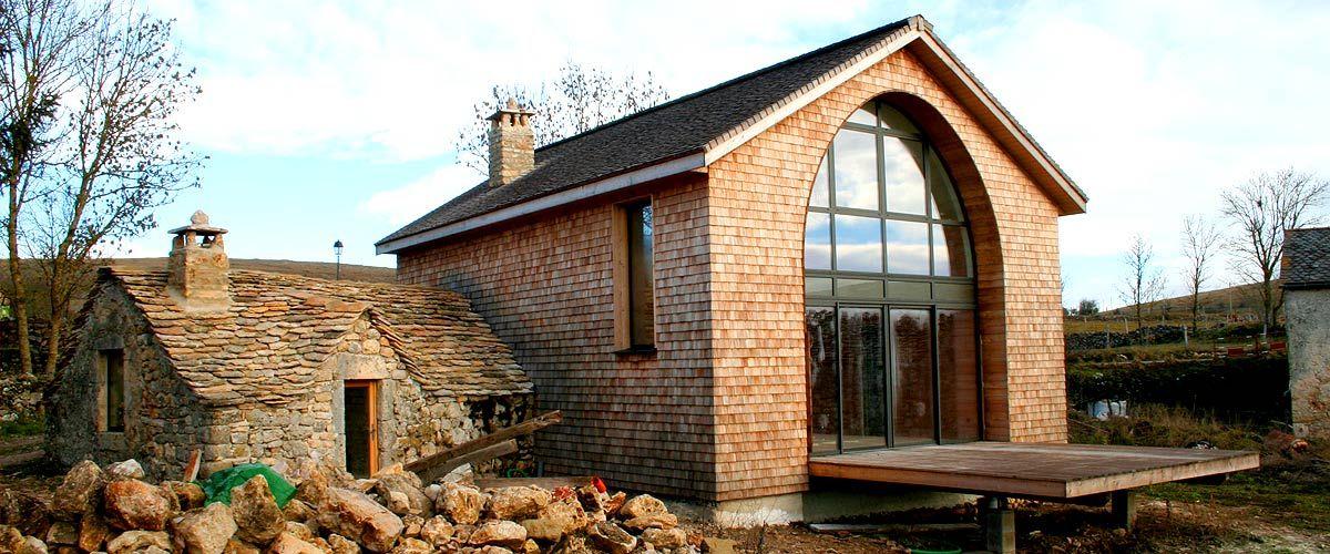 omg i love this modern house - concrete, wood, white walls, and - maison en bois et en pierre