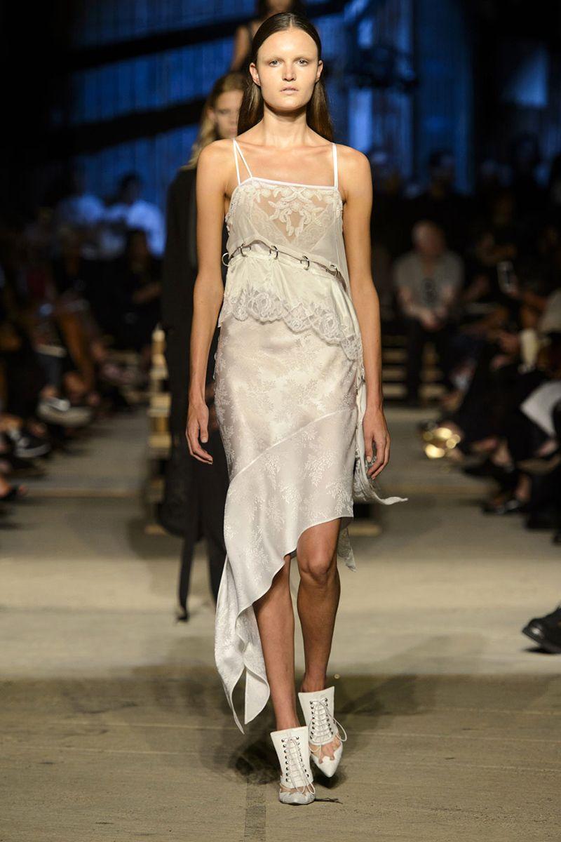 The Slip dress o vestido de tiritas y seda tiene un regreso triunfal desde los 90s. Aqui en Gyvenchi