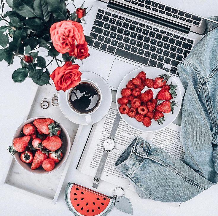strawberry flatlay. roses flatlay. Fotos de bodegones