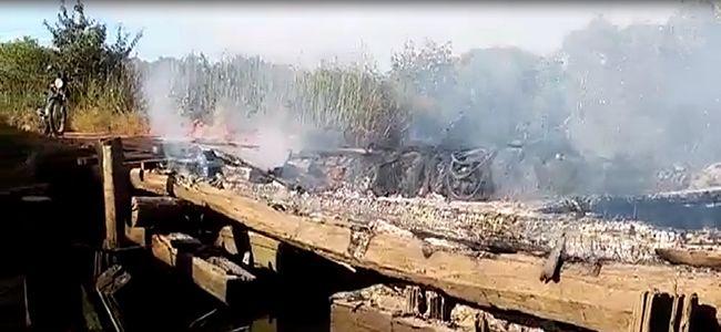 Ponte de madeira que liga Prado/Cumuruxatiba é incendiada