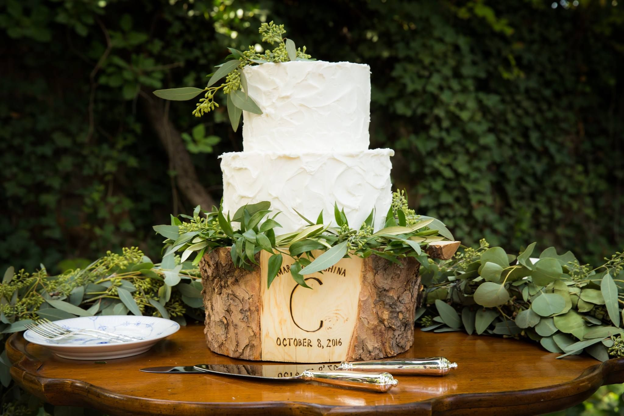 Cake by @saltcakecity. Custom cake wooden stand by Postscripts on Etsy @paulabertolino. Display set up and florals by @RefinedVE