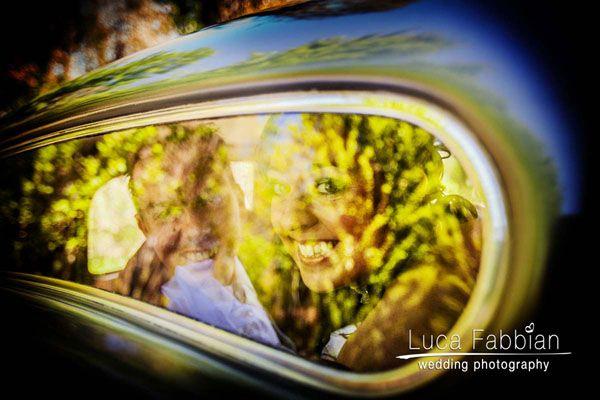 Wedding: bride & groom, old-fashioned car, reflections