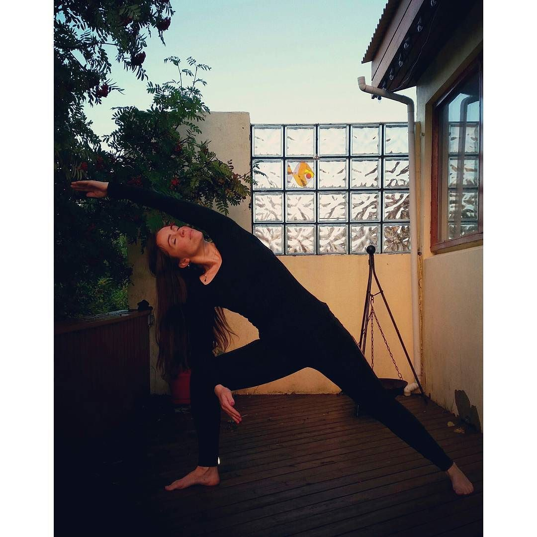 Dagur 4 Hliðarþríhyrningur #Jógaáskorun  #Yogachallenge  #hliðarþríhyrningur #soliryogaaskorun  #solirjoga #sólirjóga  #dagur4 @solirjoga by helgadoggsig