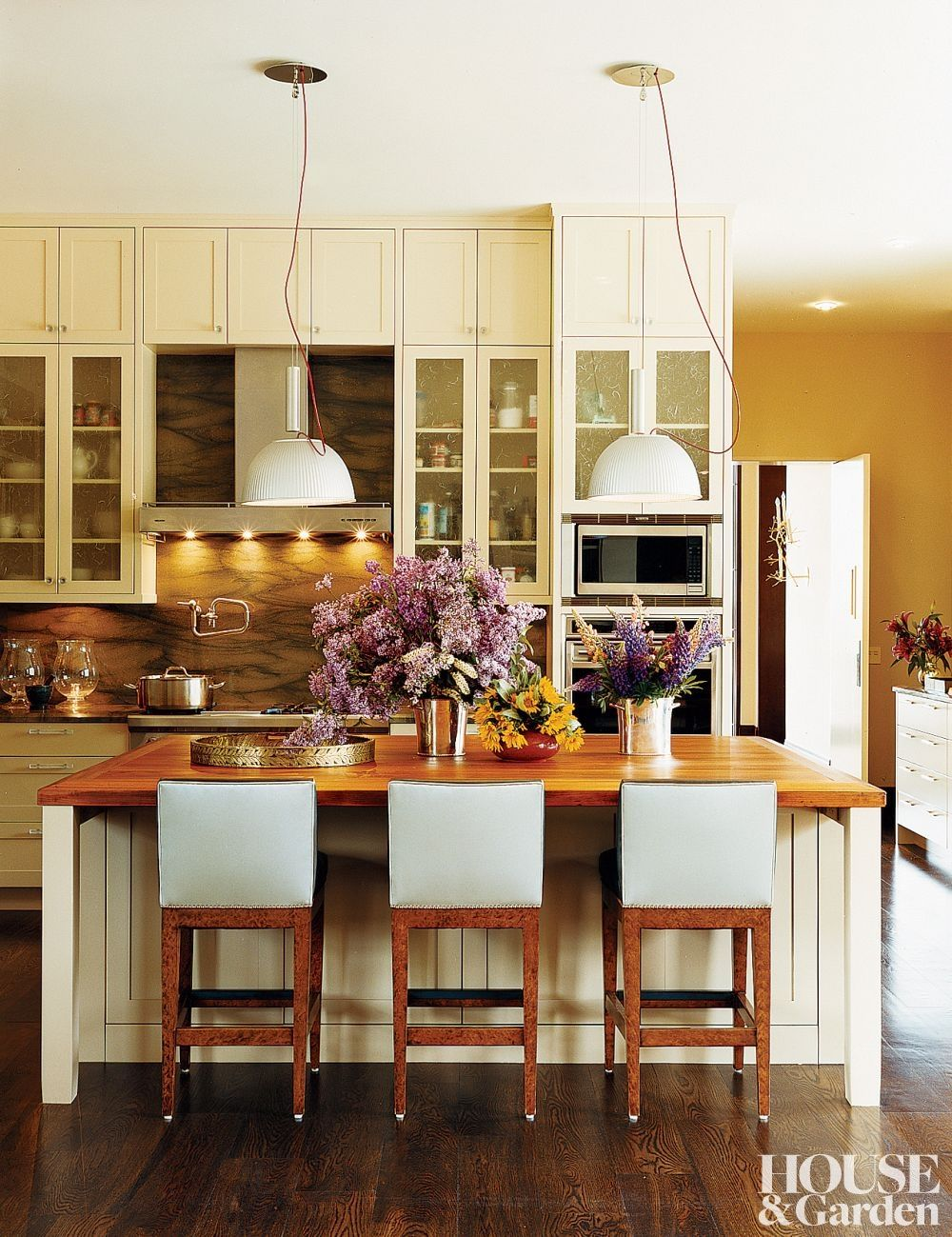 In The Kitchen Of An Idaho Home Custom Made Cabinets Set Off Hanging Lamps Over The Island Contemporary Kitchen Beautiful Kitchens Kitchen Inspirations