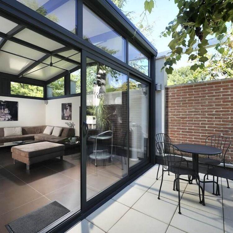 Une véranda avec portes coulissantes pour profiter du terrasse. | Véranda en verre