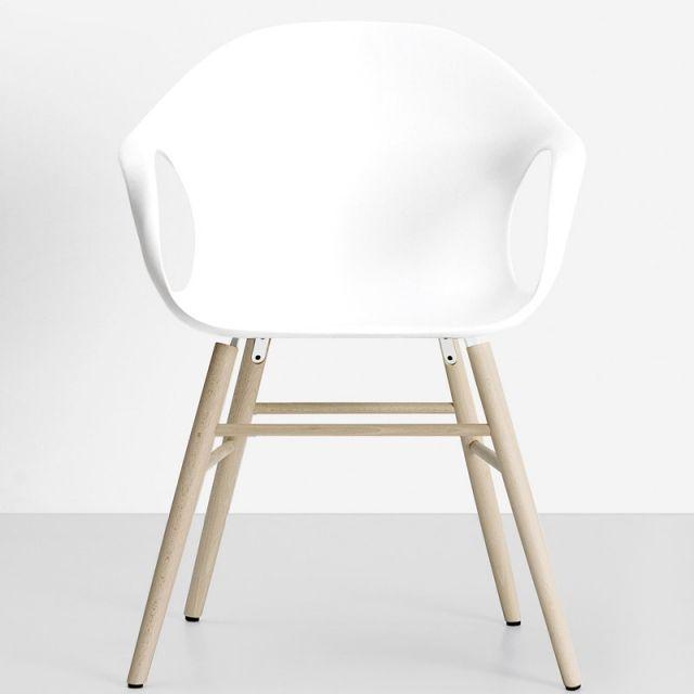 Chaise Kristalia Éléphant bois. Design Neuland. Chaise avec pieds en bois massif de hêtre ou de chêne européen. La coque est disponible en cuir ou en plastique. Une chaise au look chaleureux et naturel, design scandinave. Le revêtement en cuir laisse entrevoir une nervure de renfort, partant des accoudoirs et faisant le tour du dossier, qui donne l'effet de la colonne vertébrale d'un éléphant. La coque, commode et enveloppante, est réalisée en polyuréthane rigide. www.saisons-deco.com