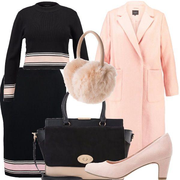 Gonna a tubino con decorazione sul fondo, maglia a paricollo con decorazione coordinata, cappotto con bavero e tasche frontali, paraorecchie in finta pelliccia, borsa a mano bicolore, scarpa con tacco a rocchetto in suede rosa.