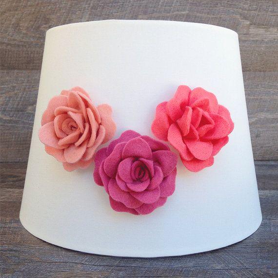 abat-jour blanc, abat-jour rose, fleur de lampe, abat-jour tambour