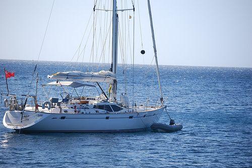 Velero fondeado en cala de Menorca