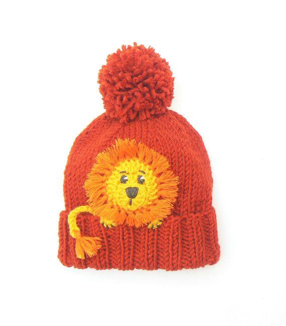 073d84cd4f6 Tejer gorro con León apliques en frente. Lindo accesorio para niños y niñas  para alegrar cualquier outfit de invierno. Recomendados de color-naranja  Otros ...