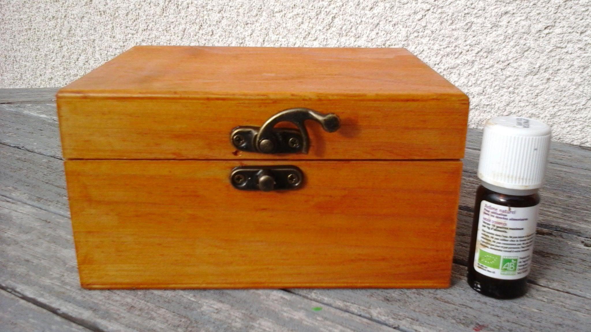 box has stone duttering wood dowsing
