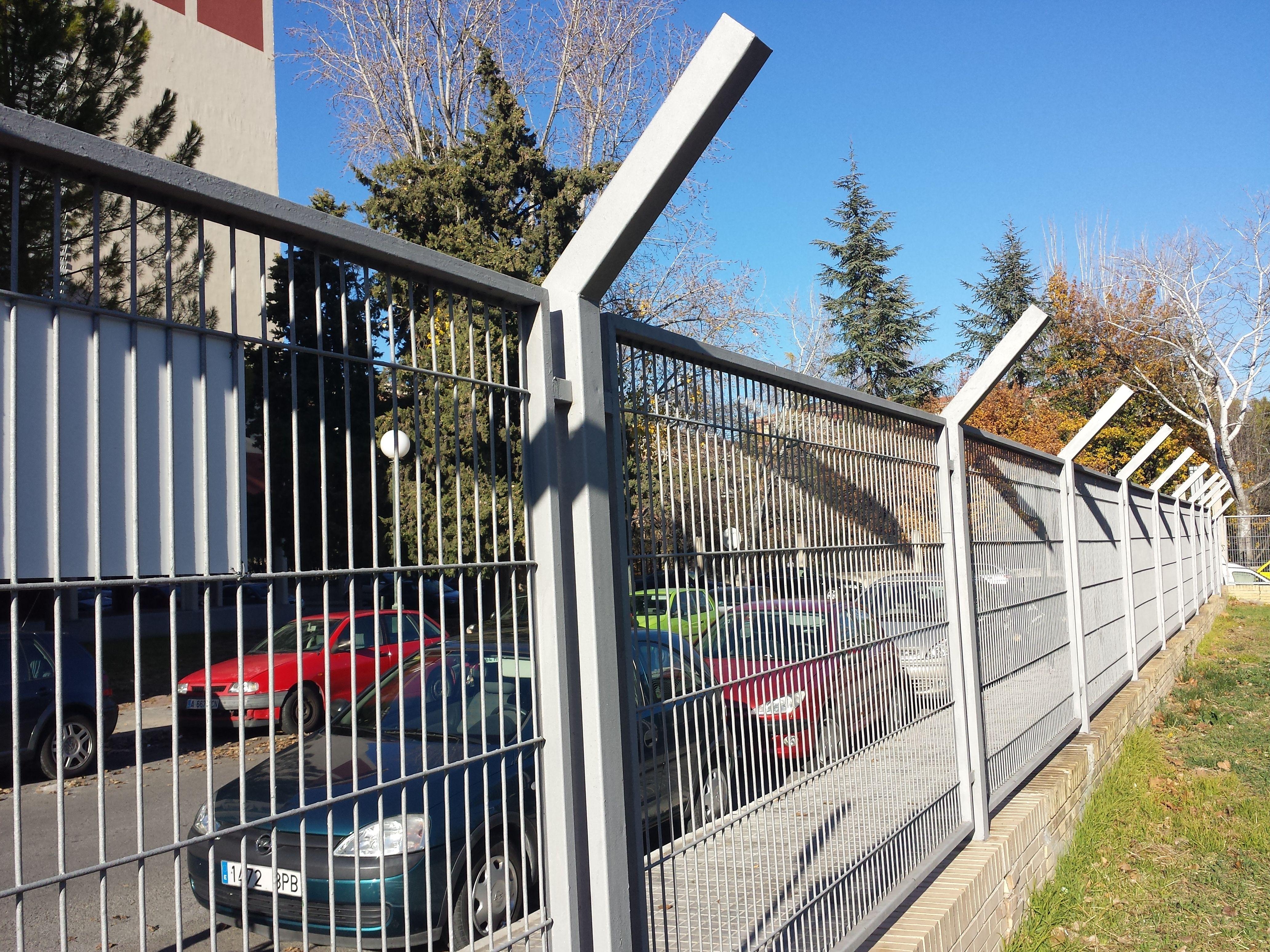 Verja residencial de hierro galvanizado fabricada con for Casetas de hierro galvanizado