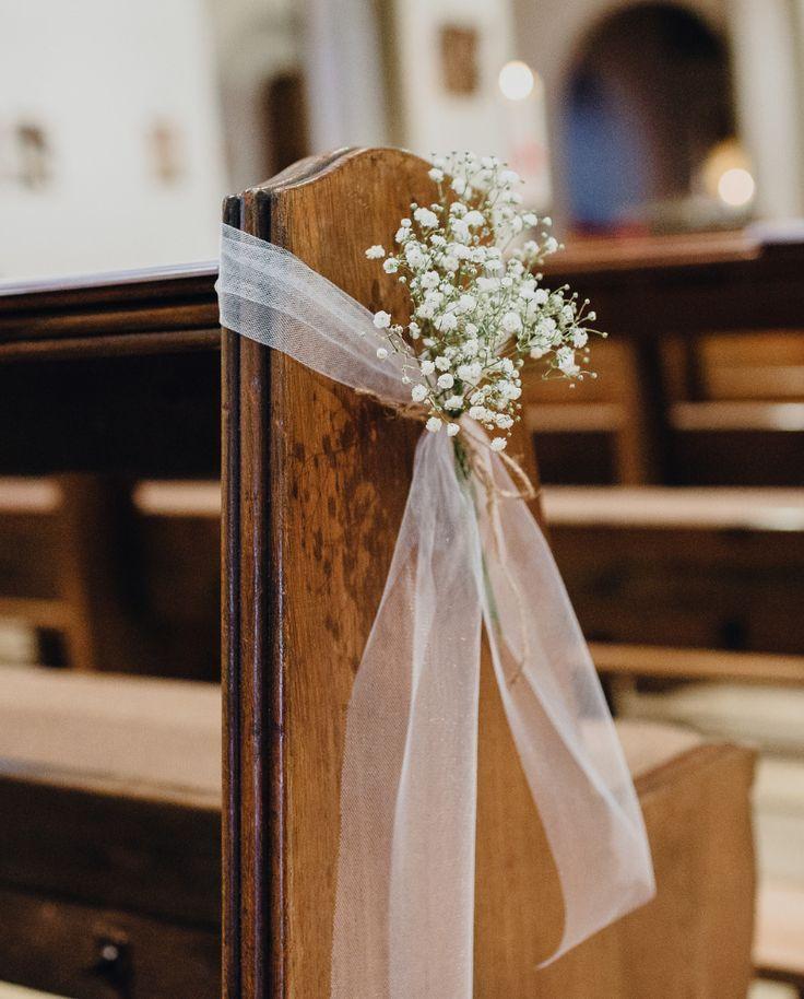 Der Einzug in die Kirche bleibt Euch als Brautpaar ewig in Erinnerung. Deshalb haben wir 35 einfache und geschmackvolle Kirchendeko-Ideen für Euch gesammelt.  #Kirchendeko #Hochzeit #Hochzeitsdeko #Kirche