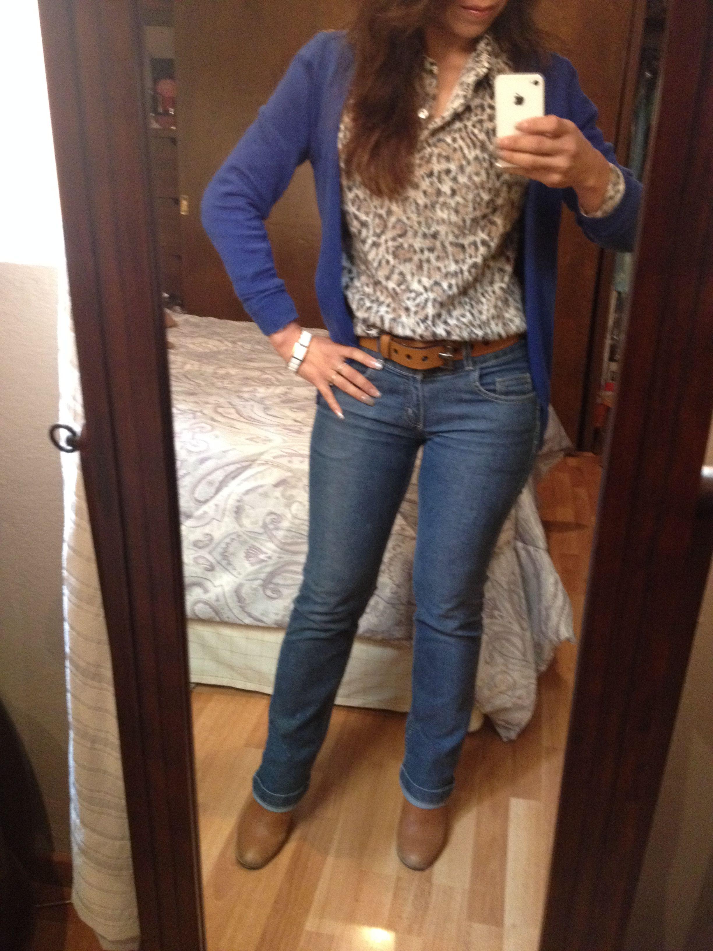 0f842ea67 Moda casual: jeans con blusa animal print y suéter azul rey | moda ...