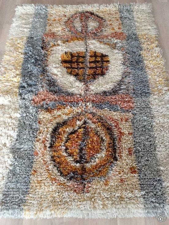 Hyvälaatuisesta villalangasta valmistettu Kehrä-ryijy. Ryijyssä on kauniit värit ja se on hyväkuntoinen. Mitat 105x160 cm. Nouto Kangasalta sopimuksen mukaan myös mahdolista.