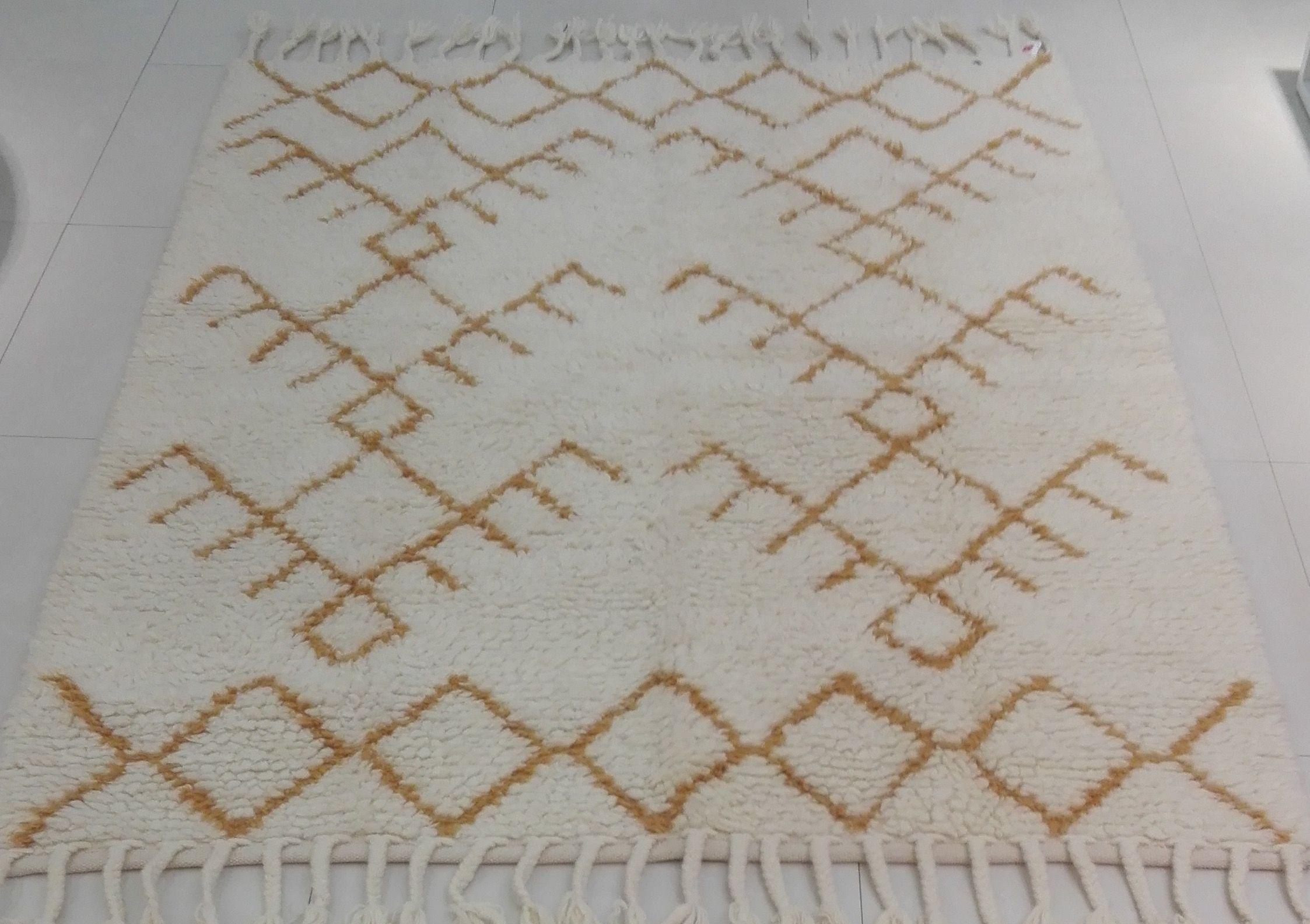 Alfombra 100% lana virgen -en blanco y ambar- anudada a mano por artesanos  en India con diseños marroquíes. Size: 150 x 200 cms / 59.05 x 78.74 inches. Price Upon Request ~ Preguntar el precio.