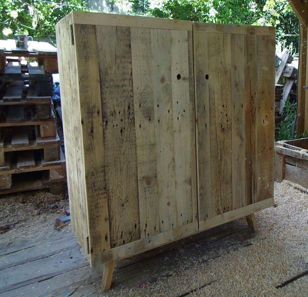 buffet carré en bois de palette, aux pieds biseautés | fabrication
