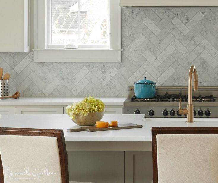 ZigZag backsplash. Jazzing up this elegant soft open kitchen.  fanciful. . #soulstyle #thesoulfulhome #NashvilleInteriorDesigner #StyleBlueprint #interiordesign #interiorstyle #interiorlovers #interior4all #luxuryinteriors  #luxurydecor #luxuryhome #interior_design #luxurydesign #interiorstyling  #homedesign #WhereIsit #backsplash #kitchenremodel #Kitchendesign #kitchen