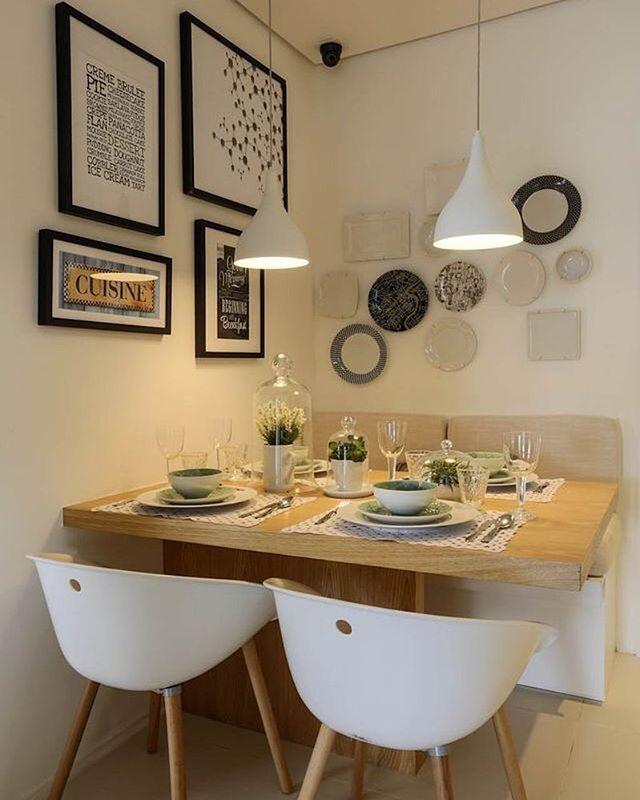Me encantan la mesa, las sillas, los tonos, y las lámparas colgantes ...