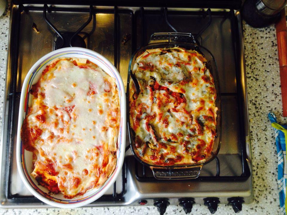 ••• A destra lasagna vegetariana con pane carasau, a sinistra lasagna con formaggio, sugo e prosciutto cotto con pane carasau. 😍 •••