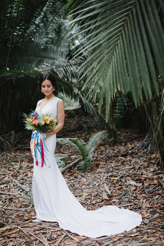 Bride + colourful wedding bouquet | fabmood.com #weddingphoto