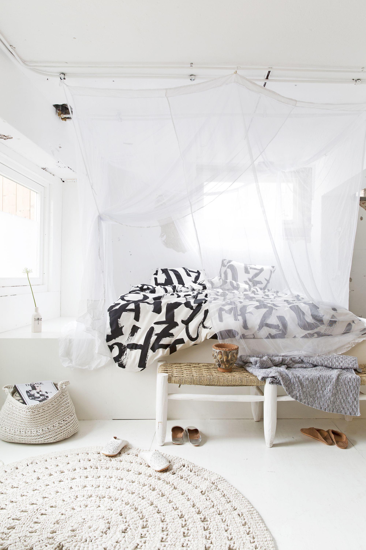 Witte slaapkamer met klamboe en geprint dekbedovertrek | White ...