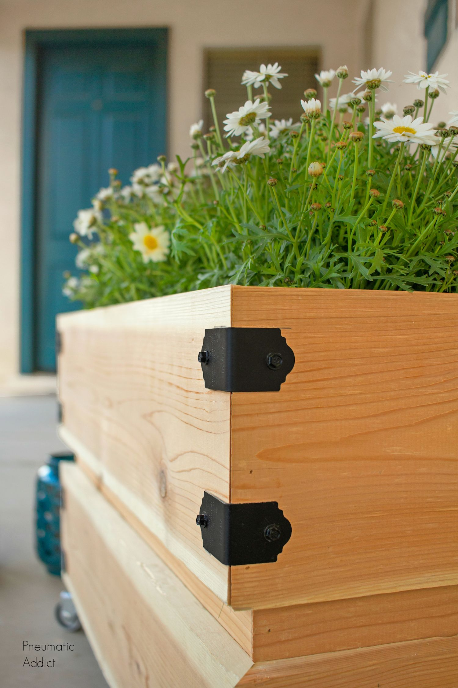 Diy How To Build A Simple Rolling Planter In 2020 Cedar 400 x 300