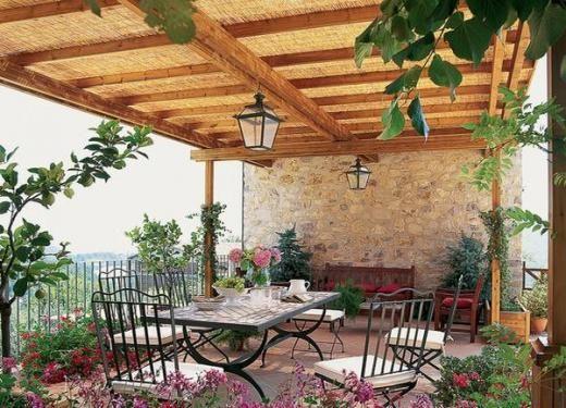 terrassenüberdachung mit mediterran-romantischer bepflanzung,