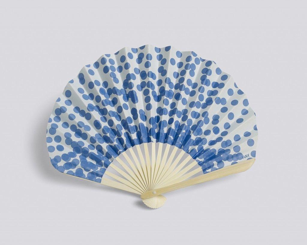 L'éventail en papier de Hay est l'accessoire de l'été, parfait pour affronter la chaleur attendue ces prochains jours à découvrir sur www.papiers-urbains.fr ©HAY
