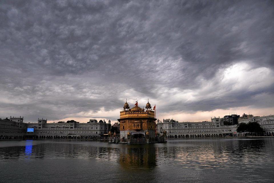 Tummat pilvet liikkuivat Intian Amritsarissa sijaitsevan Kultaisen temppelin yllä. Temppeli on sikhien hengellinen ja kulttuurinen keskus.
