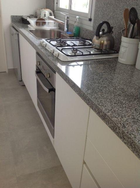 Reciclaje de cocina pisos porcellanato mate gris mueble for Modelos de pisos de cocina