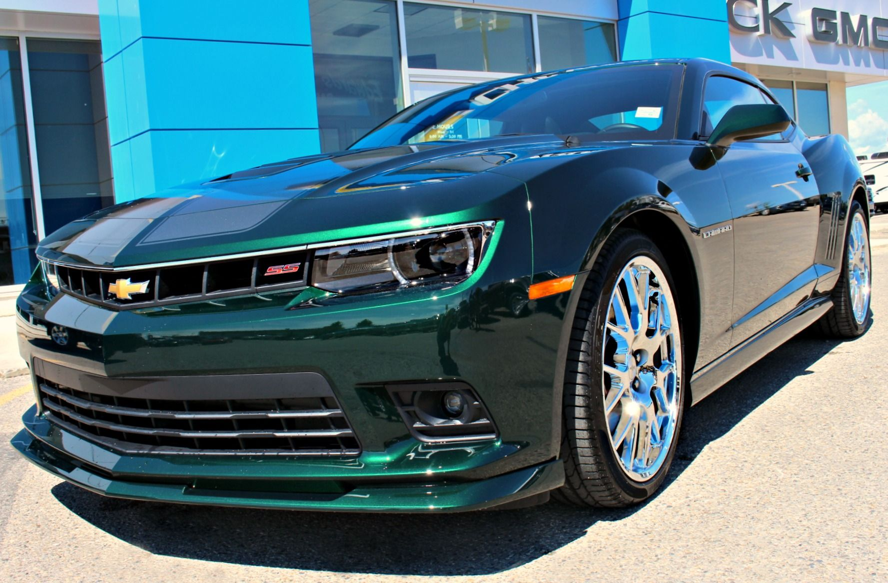 Look What Just Showed Up In Time For Summer The Special Edition Green Flash 2015 Camaro 2ss Rs Check Our P Custom Camaro Luxury Cars Range Rover Camaro