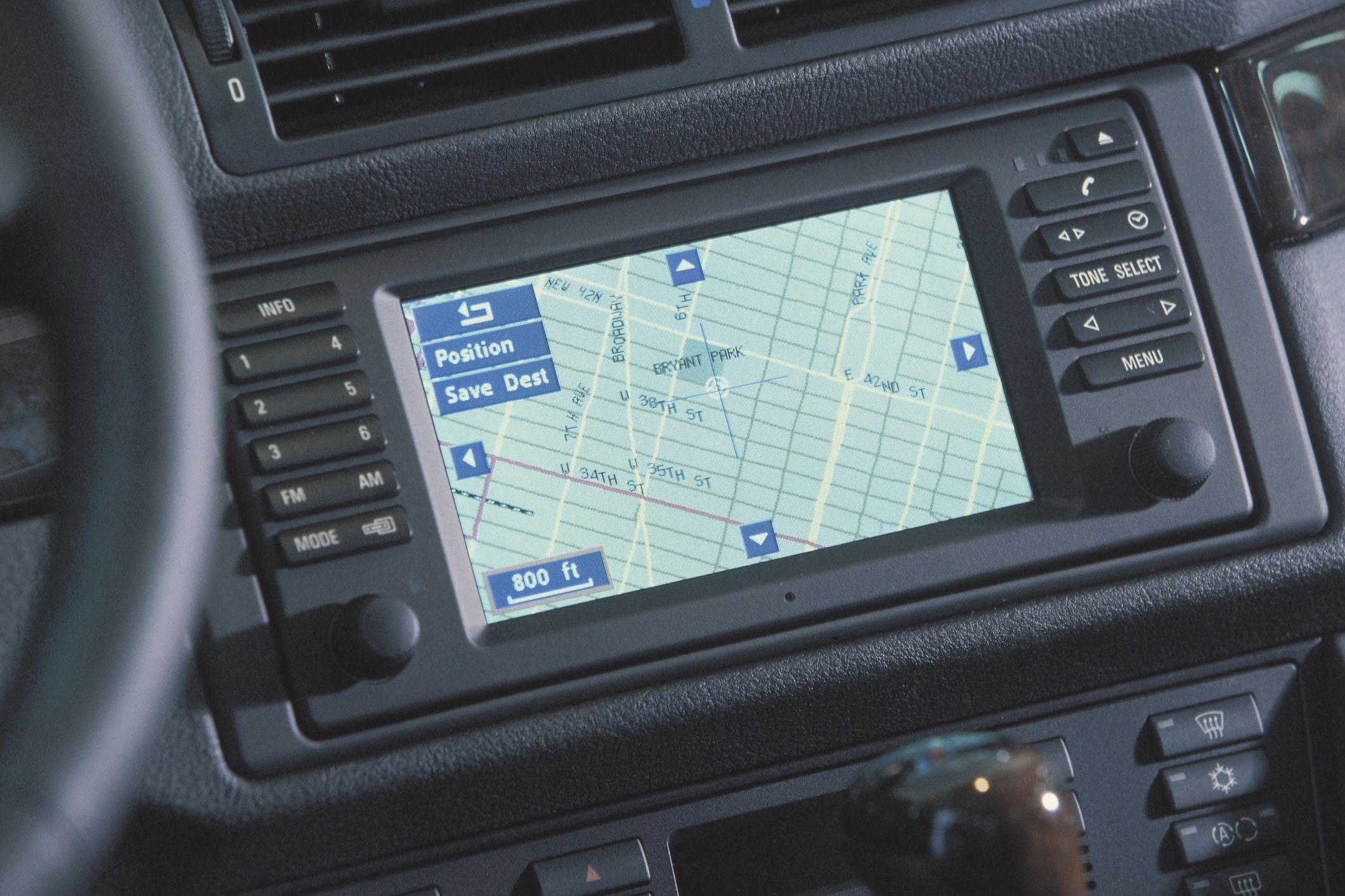 Cómo configurar los filtros de frecuencia de paso alto y de bajo paso en un receptor estéreo de automóvil