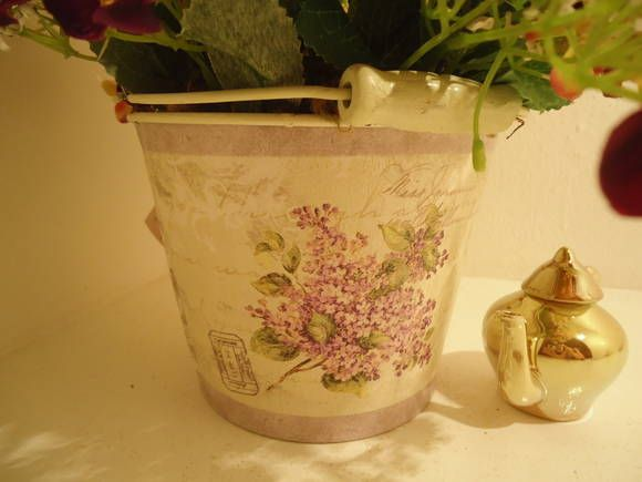 Vaso Balde em metal decorado , mini margaridas na cor Bordo e Amarelas degradê,musgos. R$ 67,34