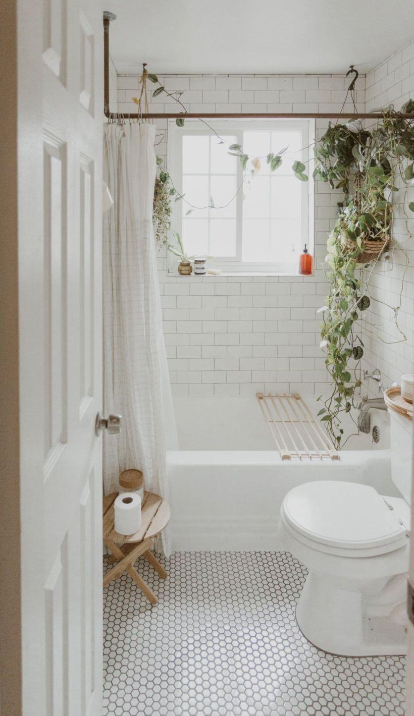 31 Cozy White Tile Bathroom Design Ideas Bathroom Design Inspiration White Bathroom Tiles Bathroom Tile Designs
