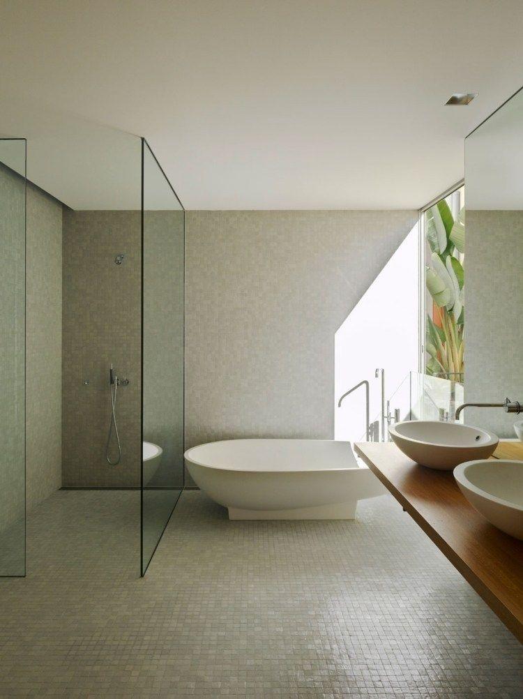 mosaïque salle de bains beige, douche à lu0027italienne et baignoire