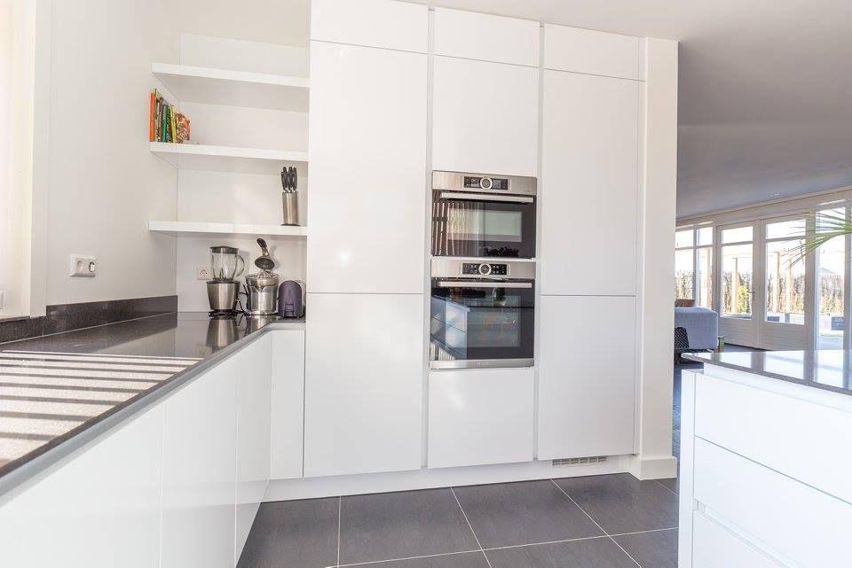 Hoogglans Witte Keuken : Deze moderne greeploze hoogglans witte keuken is geplaatst door
