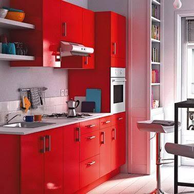 Petite cuisine  10 aménagements déco gain de place - deco salon rouge blanc noir