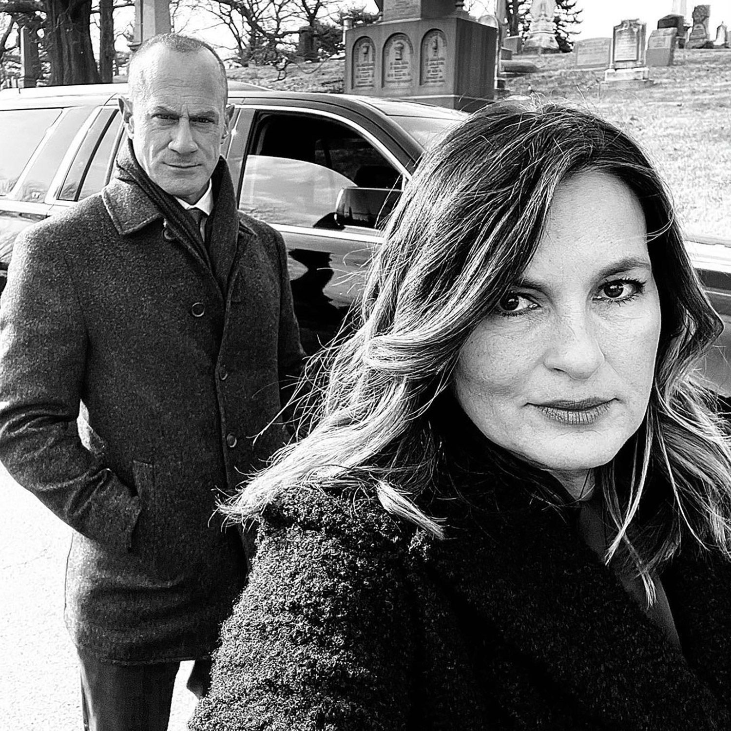 Mariska Hargitay Poses With Christopher Meloni On Law Order Spinoff Set It S All Happening In 2021 Law And Order Chris Meloni Mariska Hargitay