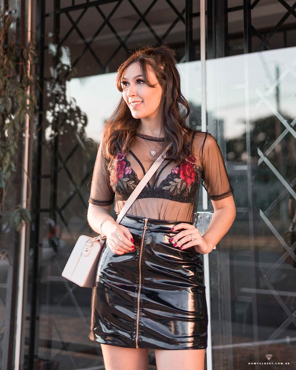 8d72a5691c Saia de vinil e blusa de tule no look da blogueira Mônica Araújo ...