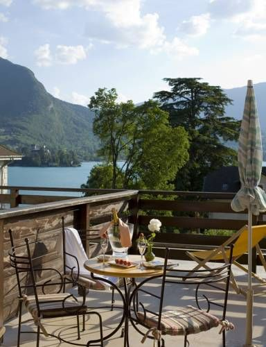 Logis La Charpenterie Talloires Located in the heart of Talloires village, Logis La Charpenterie is a 5-minute walk to the beach and port. It offers well appointed rooms with cable TV and serviced by a lift. Free WiFi is provided in all areas.