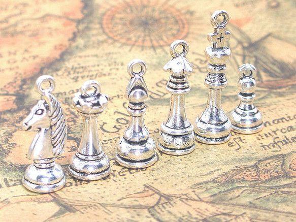 チェスの駒のチャーム 銀古美 6個です。小さくて可愛い立体チャームで、ナイト、ビショップ、クイーン、キング、ルーク、ポーンの各1種、合計6個のセットとなります...|ハンドメイド、手作り、手仕事品の通販・販売・購入ならCreema。