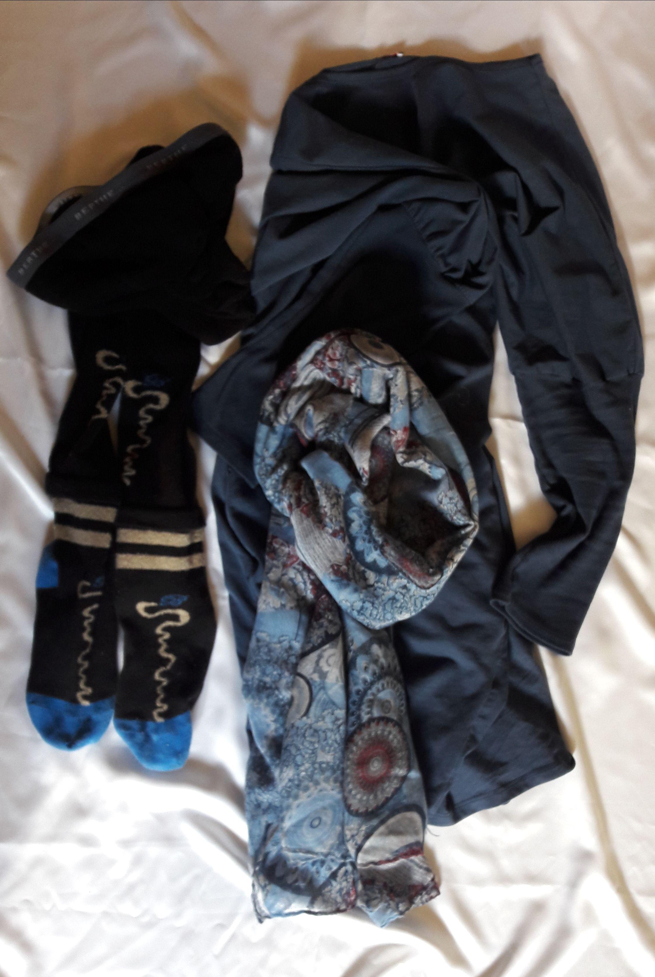 Bleu la petite robe unie accessoirisée avec collants fantaisie et écharpe  vaporeuse e8a42c77cdc