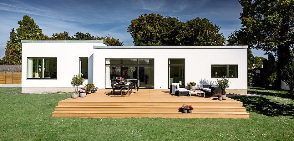 Den store træterrasse klæder husets arkitektur. Garden