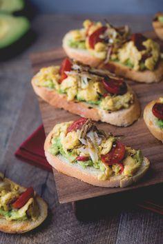 Bruschette brunch: uova, avocado e pomodorini per un brunch coi fiocchi!  [Roasted bread with avocado, eggs and cherry tomatoes]