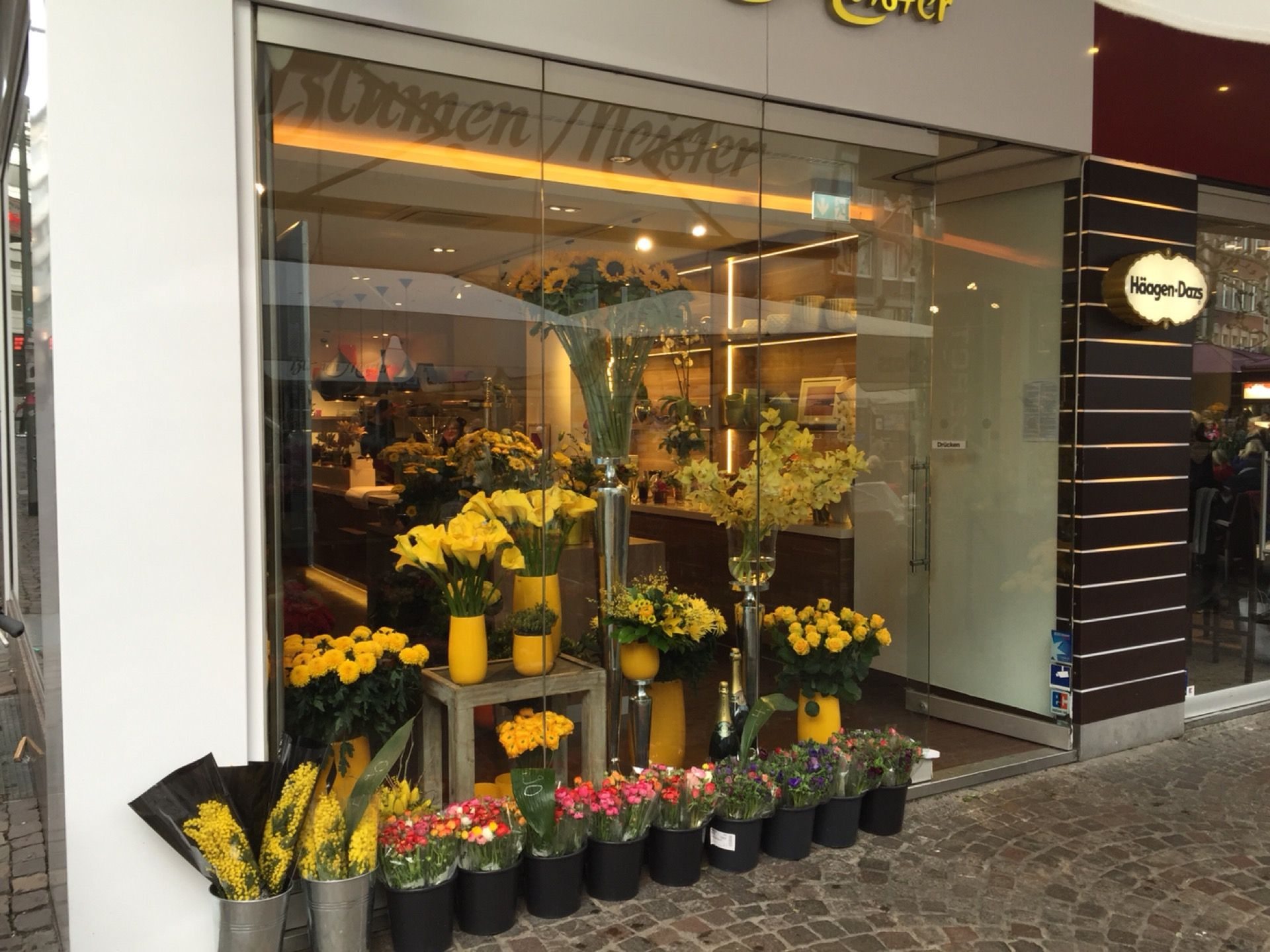 Outdoor Geschäft Frankfurt Blumen Meister | Flower Shop, Table Decorations, Decor