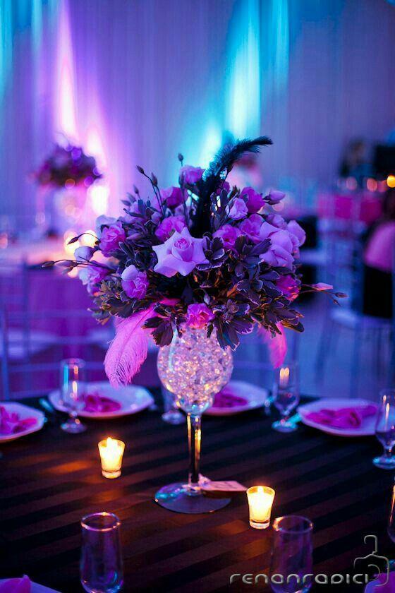 00e525a0a Arreglo floral con flores enntonos morados y bolitas de gel transparentes
