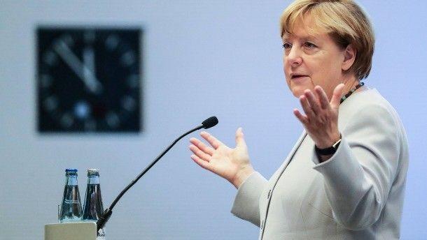 """Feierlichkeiten zur Einheit Merkel warnt Ostdeutsche vor Geschichtsvergessenheit Kanzlerin Angela Merkel hat kurz vor dem Tag der deutschen Einheit dazu aufgerufen, das Motto """"Wir sind das Volk"""" nicht von Rechtsextremen vereinnahmen zu lassen. Ein Lob geht nach Sachsen."""