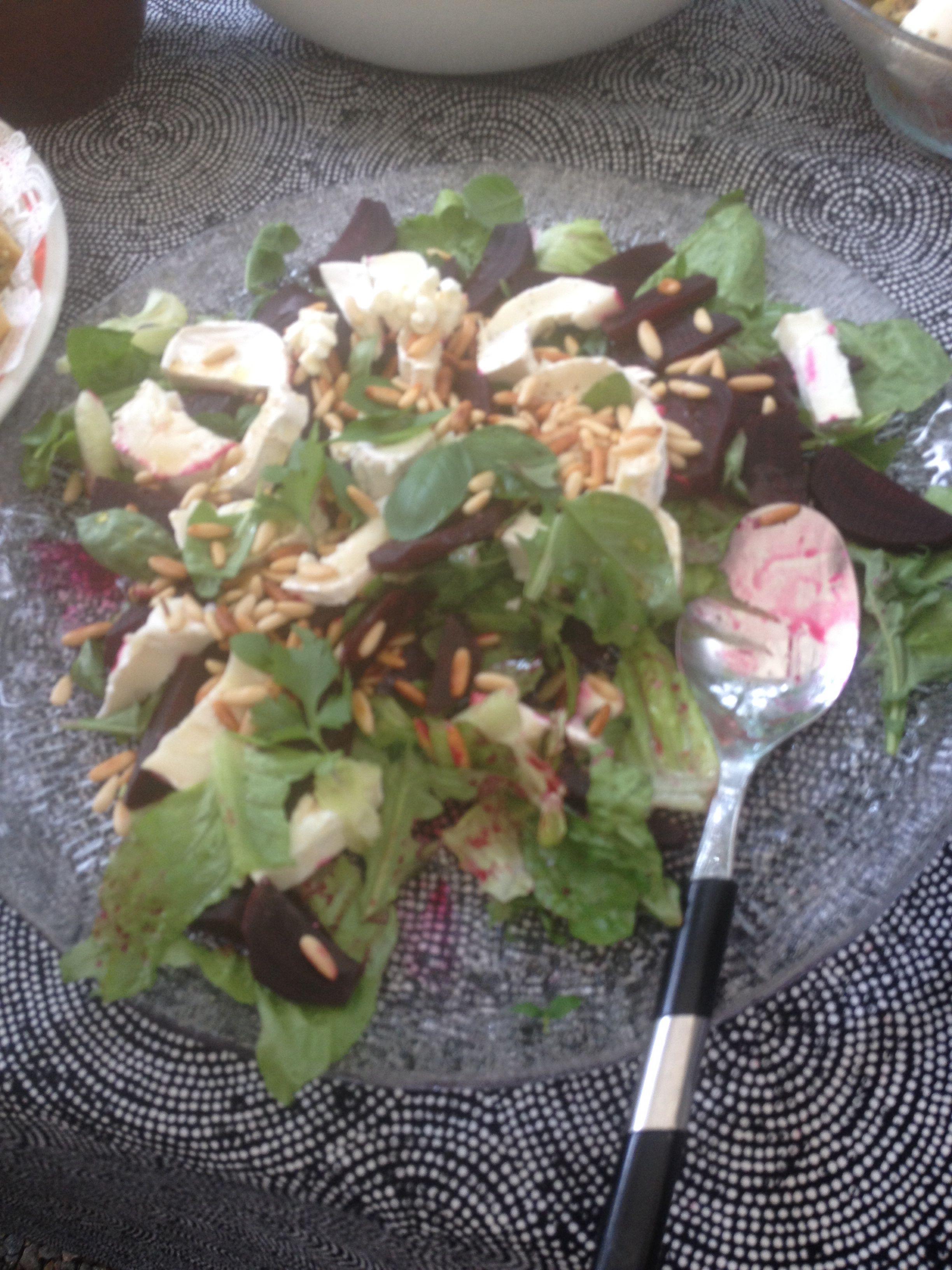 Romaine-salaattia, rucolaa, punajuurta, vuohenjuustoa, pinjansiemeniä, öljyä ja hunajaa. Nam.