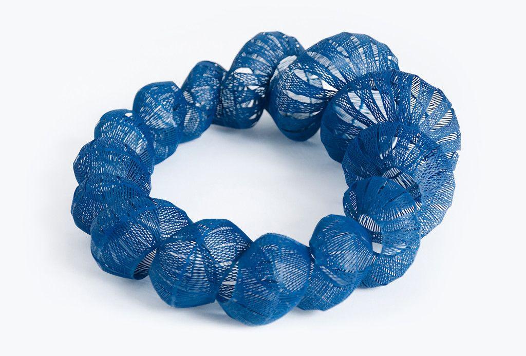 Alena Willroth, Halsschmuck Blauer Kammerling. Polyethylen.